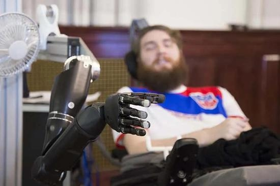太科幻了瘫痪17年他用机械手重新找回了触觉
